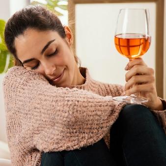 Vista frontal de uma bebida em casa