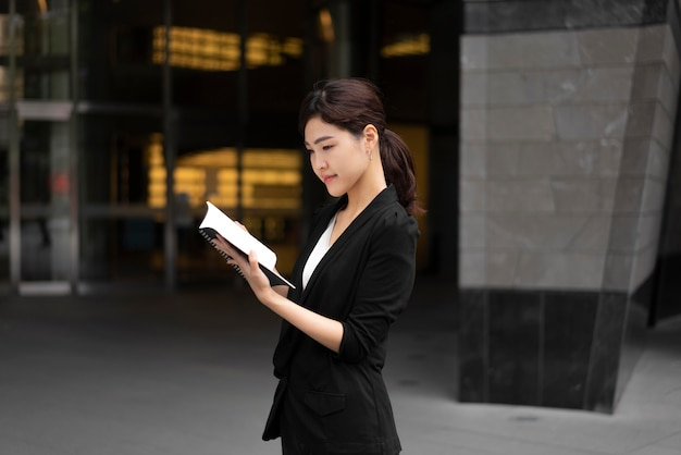Vista frontal de uma bela mulher de negócios