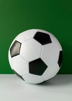 Vista frontal de uma bola de futebol novinha em folha