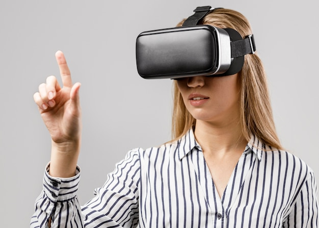 Vista frontal de uma cientista com fone de ouvido de realidade virtual