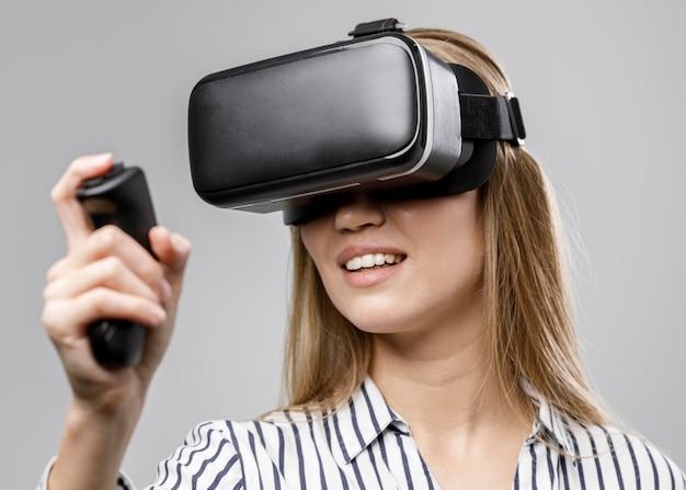 Vista frontal de uma cientista sorridente com um fone de ouvido de realidade virtual