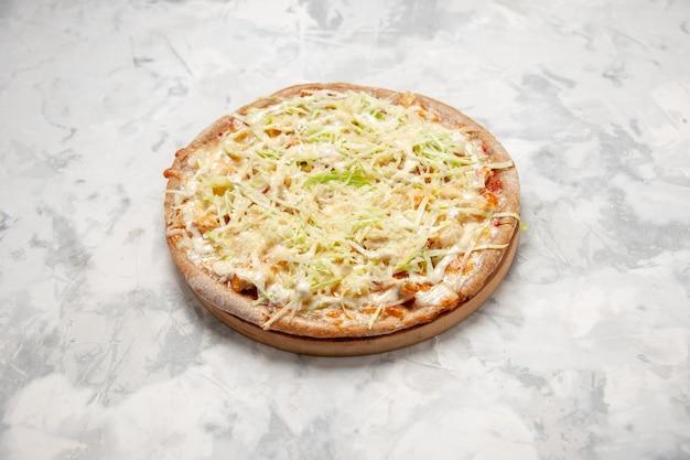 Vista frontal de uma deliciosa pizza vegana caseira em uma superfície branca manchada com espaço livre
