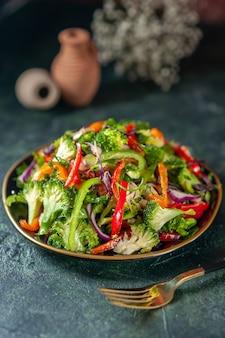 Vista frontal de uma deliciosa salada vegana com ingredientes frescos em um prato