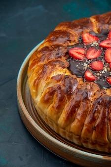 Vista frontal de uma deliciosa torta de morango com geleia e morangos vermelhos frescos