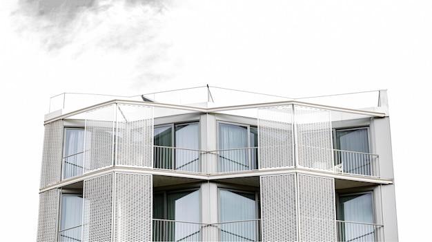 Vista frontal de uma estrutura de concreto simples na cidade