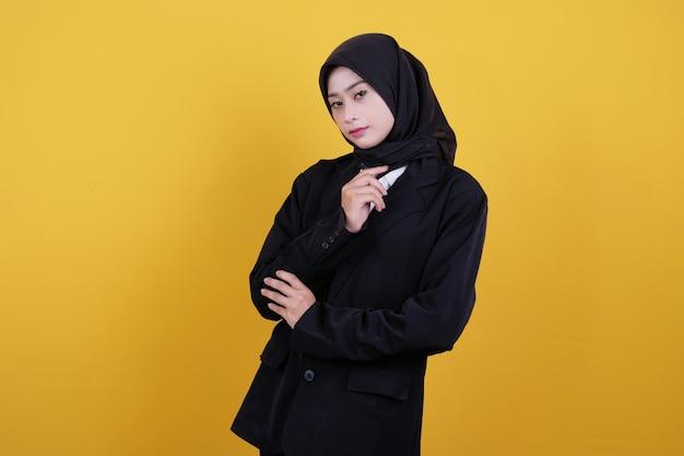 Vista frontal de uma funcionária de escritório de terno preto e saia preta pensando