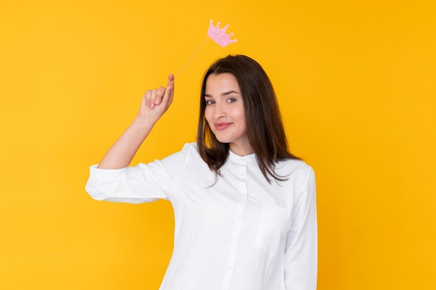Vista frontal de uma garota usando uma coroa com espaço de cópia