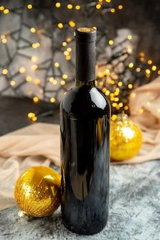 Vista frontal de uma garrafa de vinho de vidro vermelho para celebração familiar e acessórios de decoração