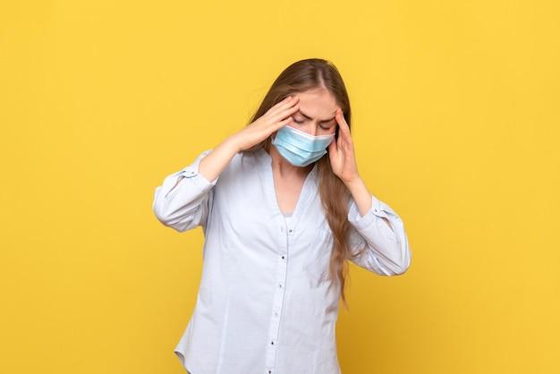 Vista frontal de uma jovem com dor de cabeça