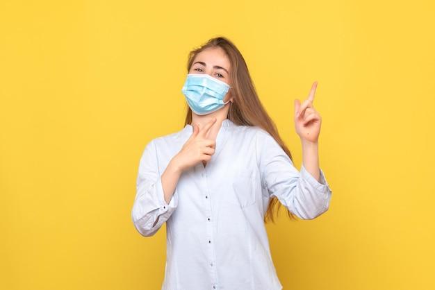 Vista frontal de uma jovem com máscara