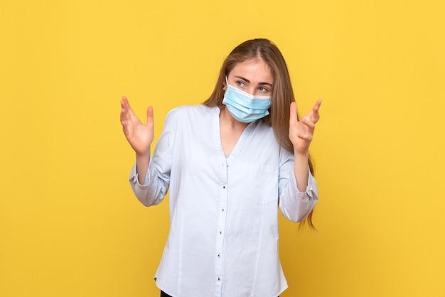 Vista frontal de uma jovem com máscaras