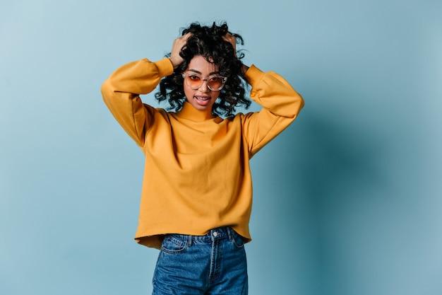 Vista frontal de uma jovem com roupa casual
