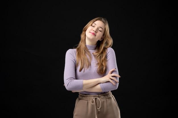 Vista frontal de uma jovem esperançosa sonhando com algo no escuro