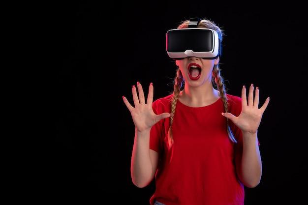 Vista frontal de uma jovem jogando um jogo de fantasia sombria de realidade virtual