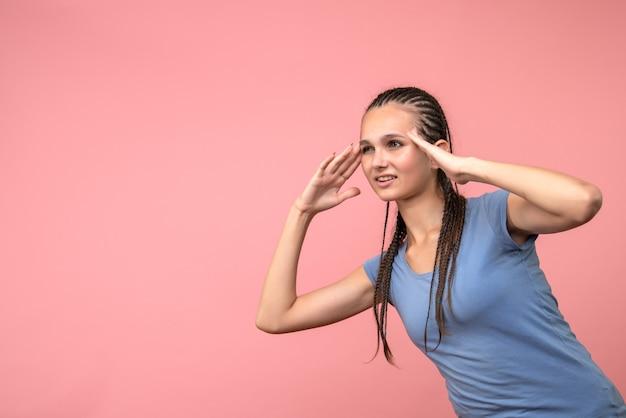 Vista frontal de uma jovem mulher confusa em rosa