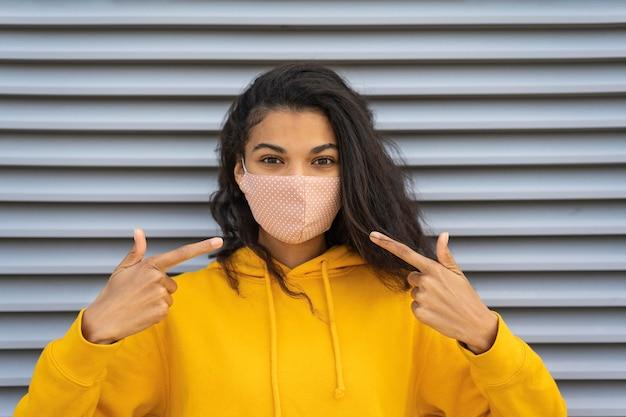 Vista frontal de uma linda garota com máscara facial