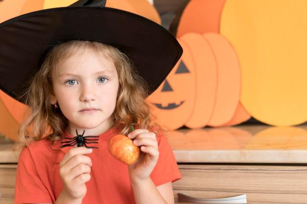 Vista frontal de uma linda garota com o conceito de halloween