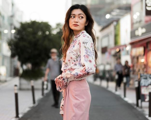 Vista frontal de uma linda garota japonesa em tóquio