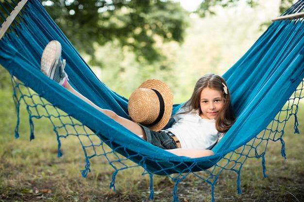 Vista frontal de uma linda garota na rede