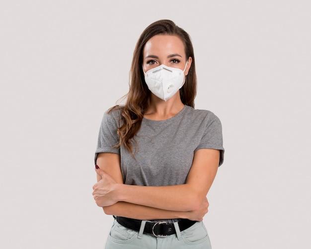 Vista frontal de uma linda mulher com máscara facial