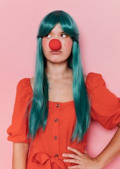 Vista frontal de uma linda mulher com nariz vermelho