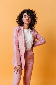 Vista frontal de uma linda mulher de terno rosa