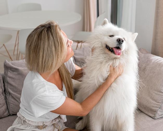 Vista frontal de uma linda mulher e cachorro