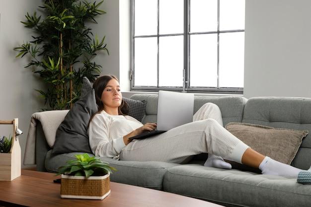 Vista frontal de uma linda mulher fazendo atividades em ambientes fechados