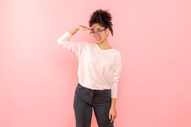 Vista frontal de uma linda mulher parecendo rosa