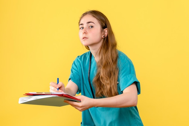 Vista frontal de uma médica com notas médicas