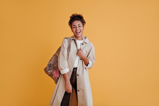 Vista frontal de uma mulher cativante com uma bolsa de barbante