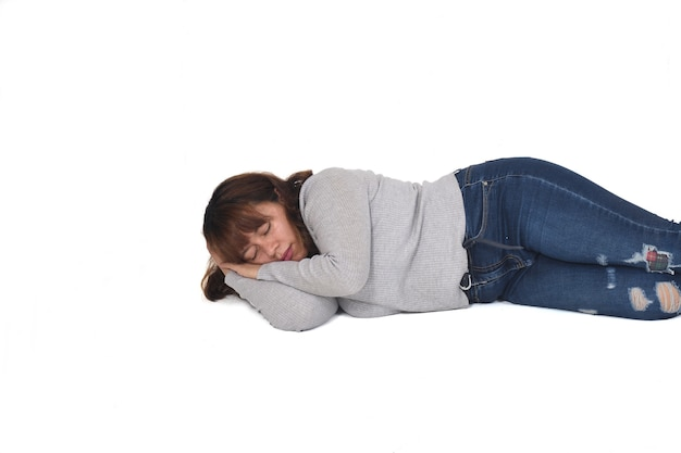 Vista frontal de uma mulher deitada no fundo branco