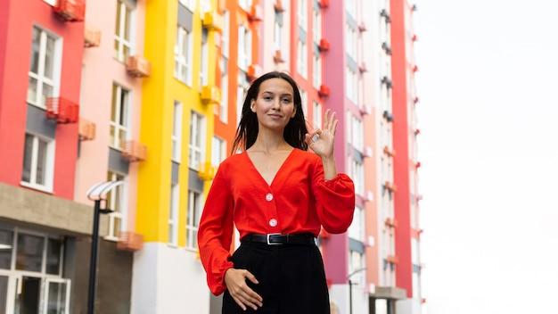 Vista frontal de uma mulher elegante usando linguagem de sinais