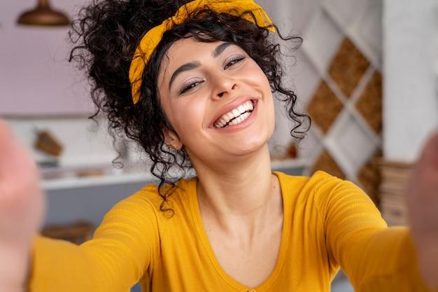 Vista frontal de uma mulher feliz tirando uma selfie