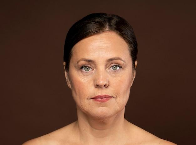 Vista frontal de uma mulher idosa maquiada