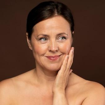 Vista frontal de uma mulher idosa sorridente com maquiagem