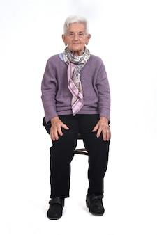Vista frontal de uma mulher sênior sentada na cadeira na cadeira