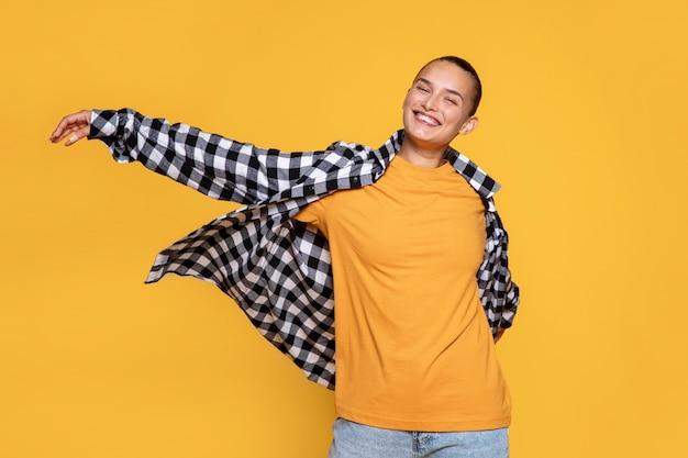 Vista frontal de uma mulher sorridente com camisa xadrez