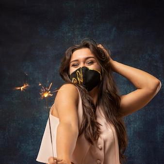 Vista frontal de uma mulher usando uma máscara com fogos de artifício