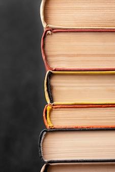 Vista frontal de uma pilha de muitos livros