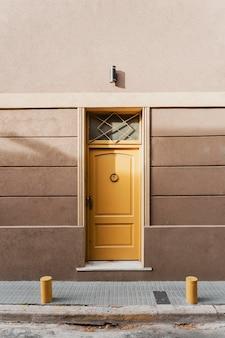 Vista frontal de uma porta residencial bonita na cidade