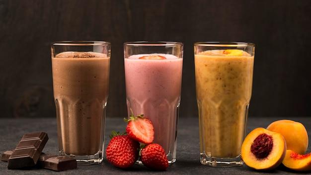 Vista frontal de uma variedade de milkshakes com frutas e chocolate