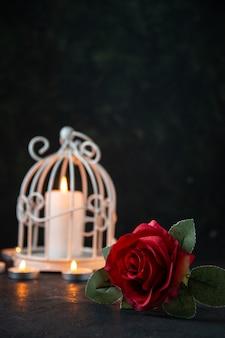 Vista frontal de uma vela acesa na lâmpada como memória de uma morte caída no chão escuro na guerra de israel
