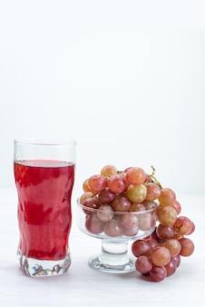 Vista frontal de uvas verdes frescas, frutas ácidas e maduras com suco na superfície branca frutas frescas planta de árvore de vinho suave