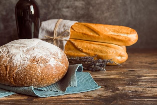 Vista frontal de variedade de pão acabado de fazer