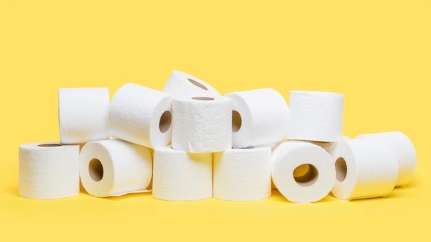 Vista frontal de vários rolos de papel higiênico