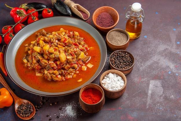 Vista frontal de vegetais cozidos fatiados com molho e temperos em fundo escuro refeição molho comida jantar sopa vegetais