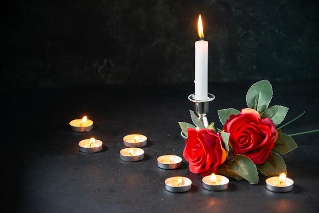 Vista frontal de velas acesas como memória para os caídos na superfície escura