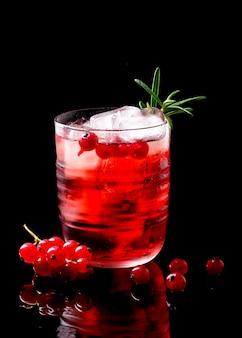 Vista frontal de vodka cranberry em vidro