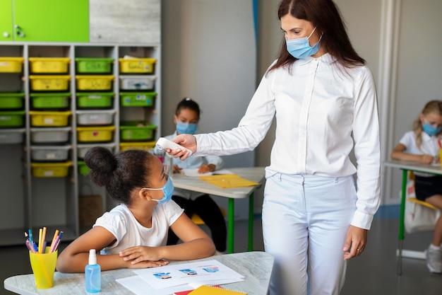 Vista frontal de volta às aulas em época de pandemia